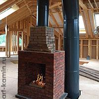 Кирпичный камин в деревянном доме